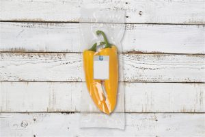 blanco-flowpack-met-sticker-met-hout-geel
