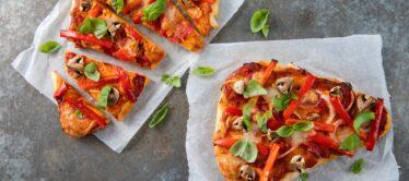 Naan pizza met mozzarella, paprika en champignons